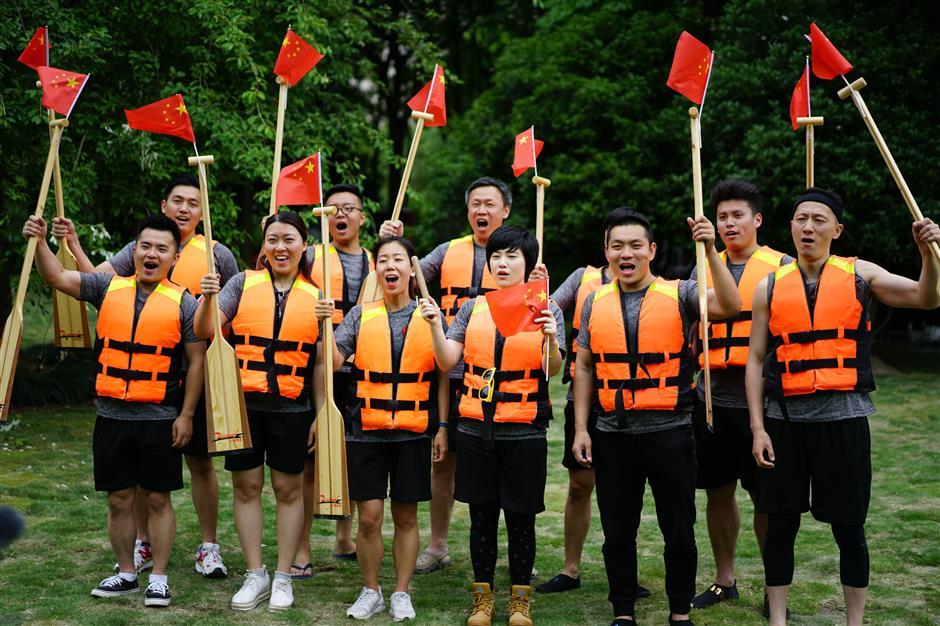 Flash mob sings alongSuzhou Creek