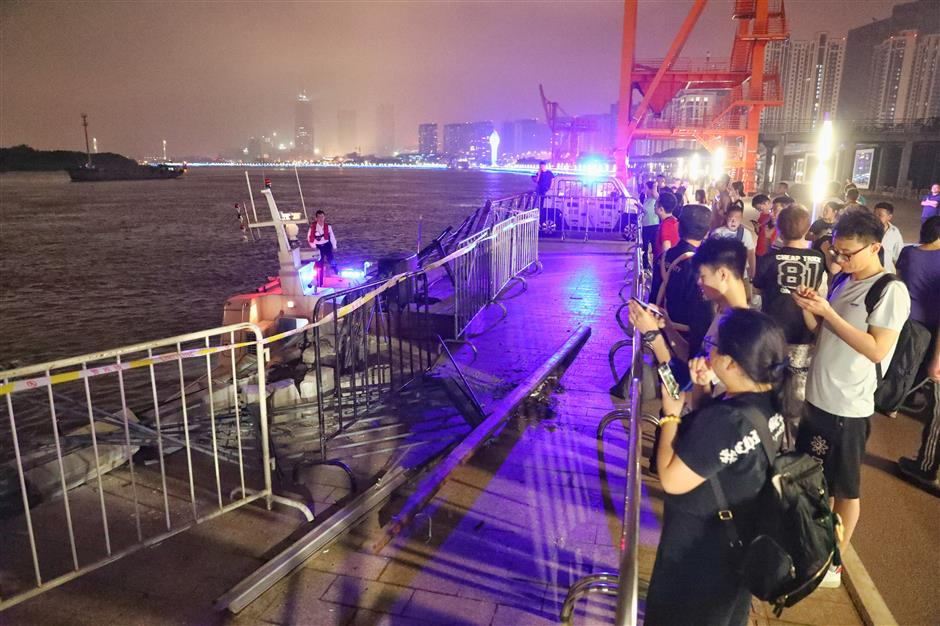 Cargo boat crashes into Huangpu bank after river collision