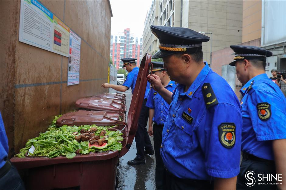 Minhang officers target garbage-sorting violations