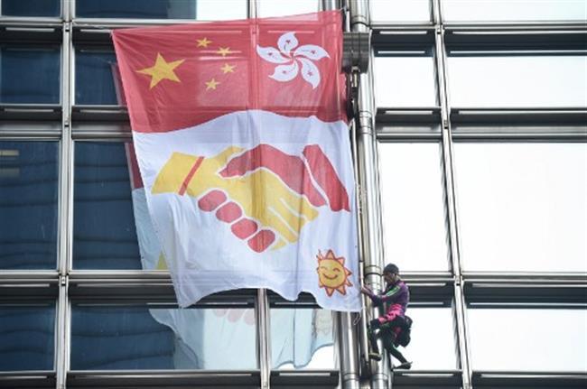 'French Spiderman'unfurls peace banner in HK