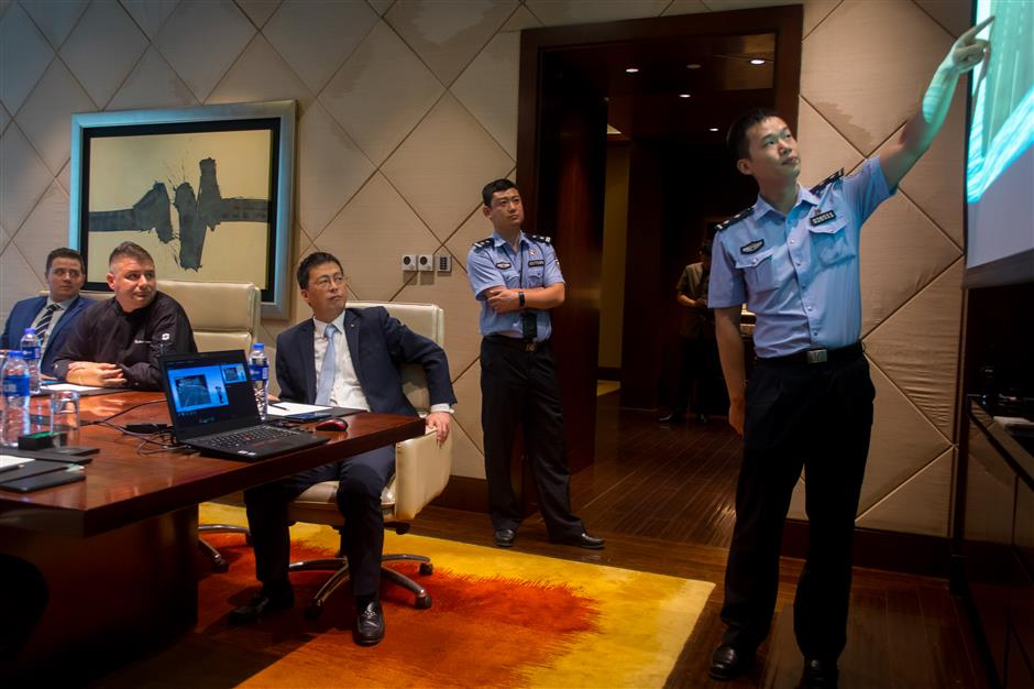 Mobile 'police academy' set up in Jing'an to keep office workers safe