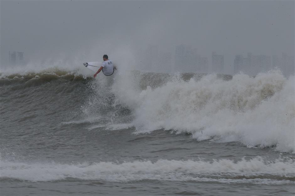 Event brings top-class surfers to Hangzhou