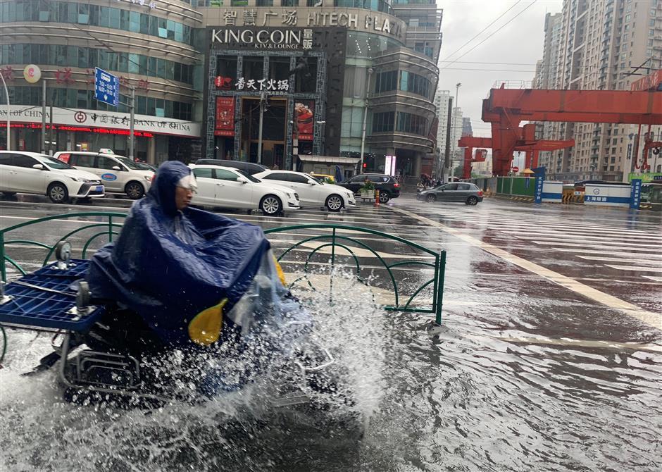 Roads flood as Lingling hits Shanghai