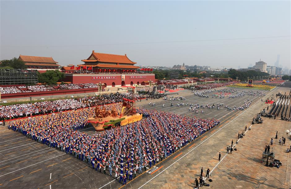 Mass pageantry begins on Tian'anmen Square