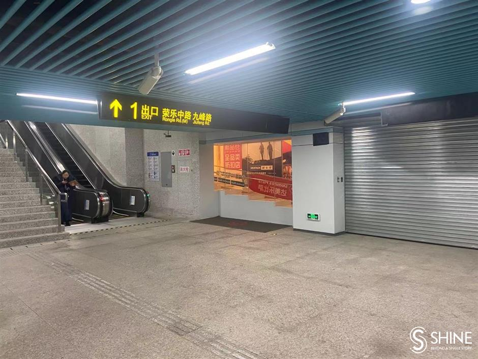 One Metro elevator, two conflicting accounts