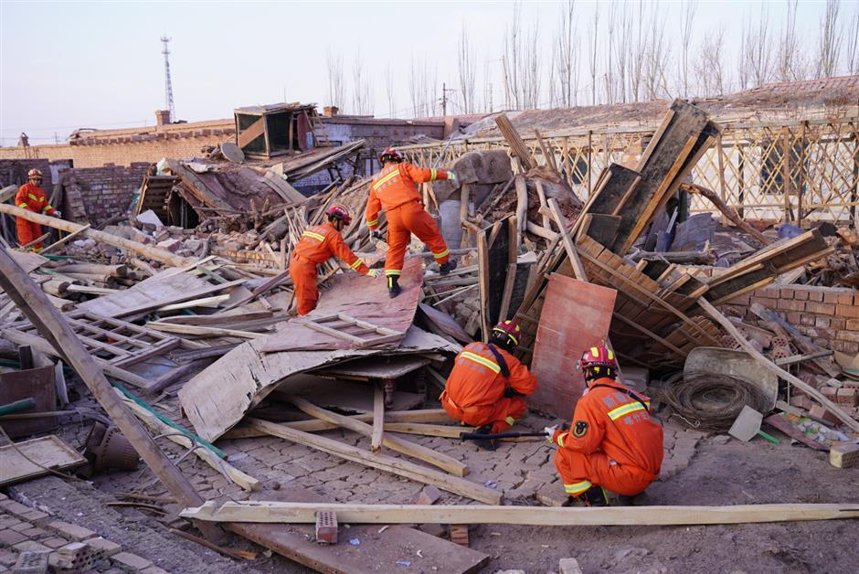 1 dead, thousands flee as quake hits Xinjiang