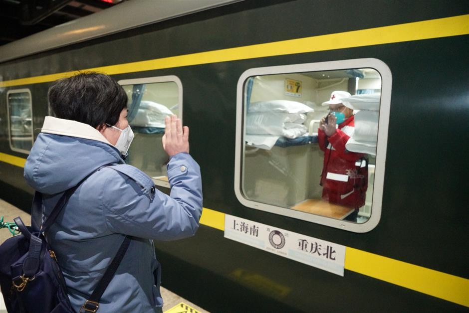 Shanghai ambulance drivers head to Wuhan
