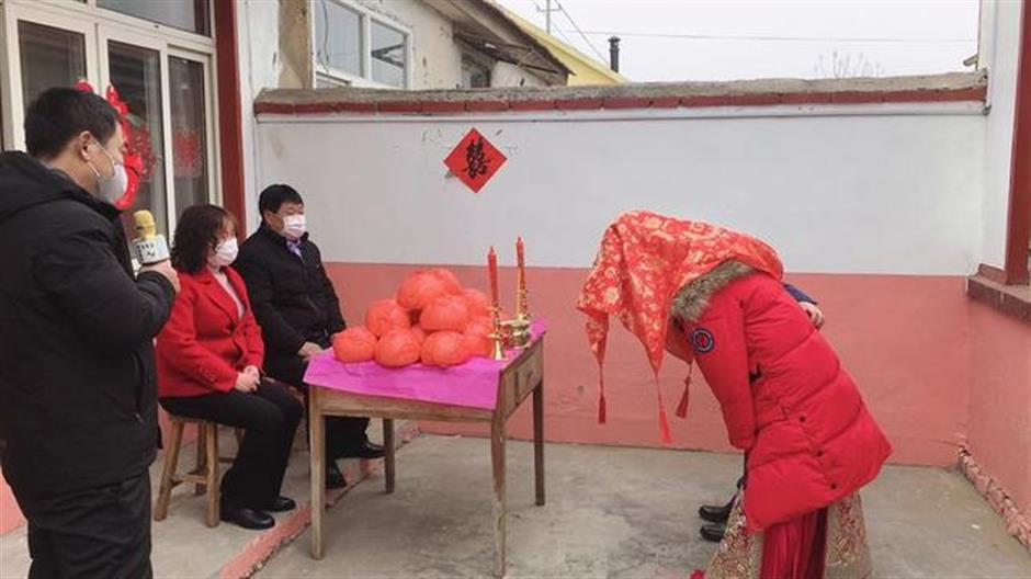 Chinese couple holds no-guest wedding amid coronavirus outbreak