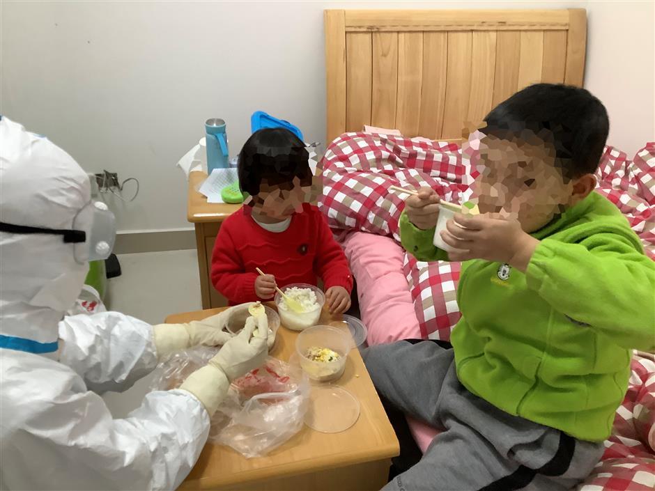 Volunteer 'mothers' care for children under quarantine