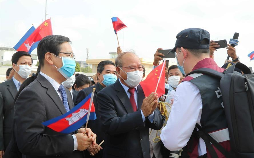 Chinese medical experts arrive in Cambodia to help fight COVID-19