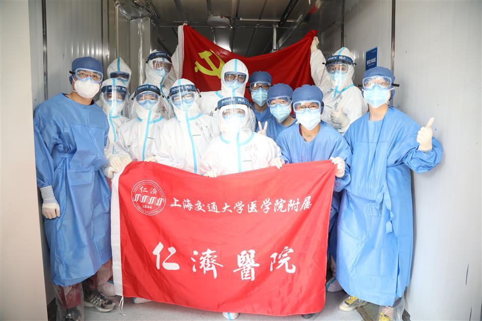 Shanghai medical workers close Wuhan ward