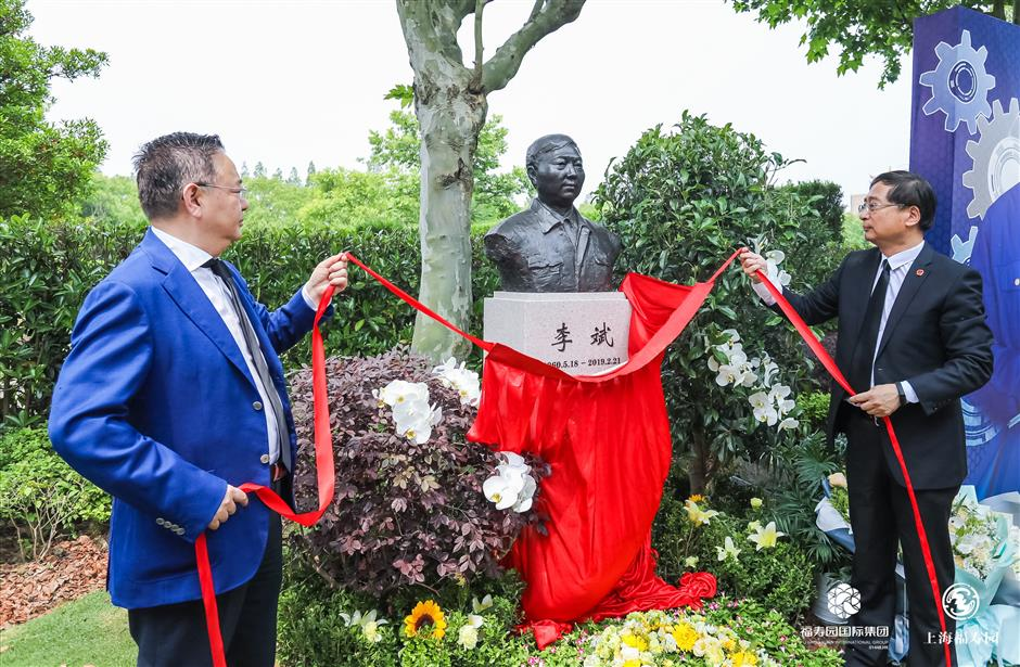 Statue honors memory of Shanghai model worker