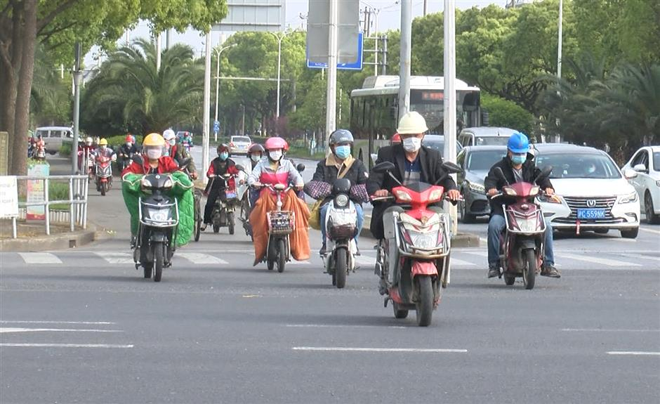 Traffic police urge helmet use among e-bikers