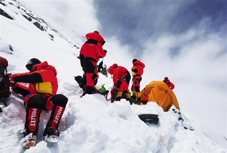 Chinese expedition further delays scaling Mt. Qomolangma summit