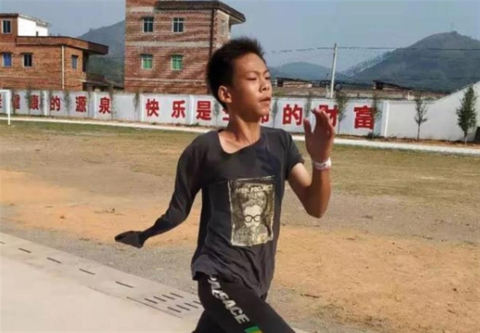 One-armed teenage basketballer becomes online hit in China