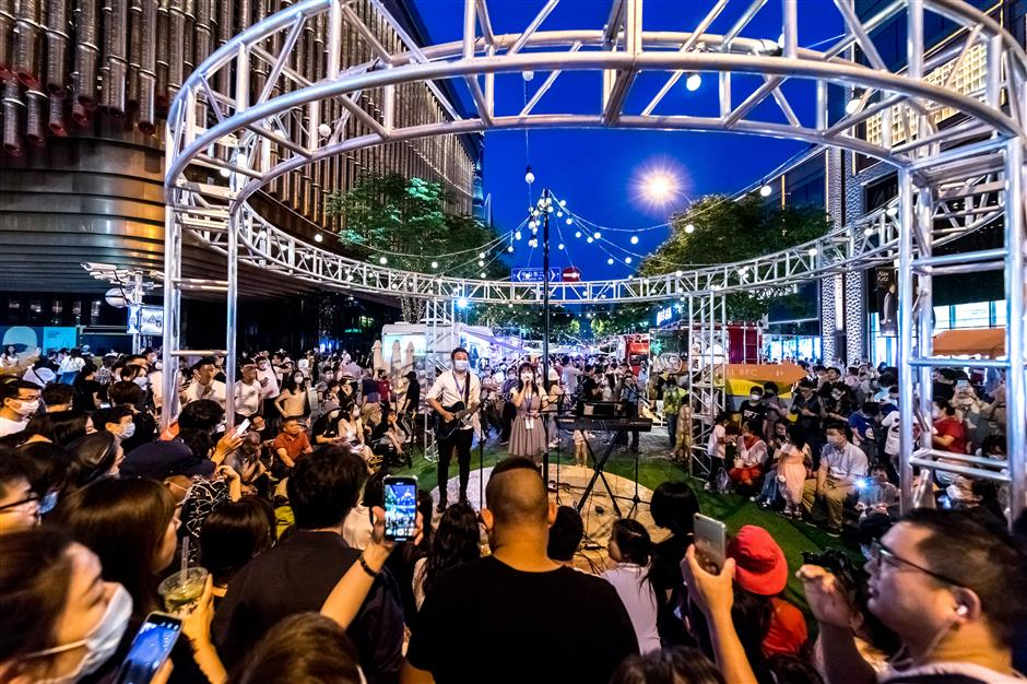 New Bund pedestrian street markets boost nightlife economy