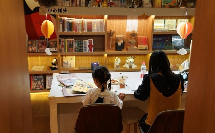 Bookstore starts to provide 'late night desks' for readers in Shanghai