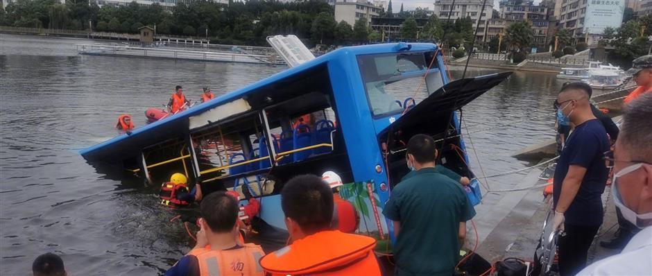 5 students, driver among 21 killed in Guizhou bus crash
