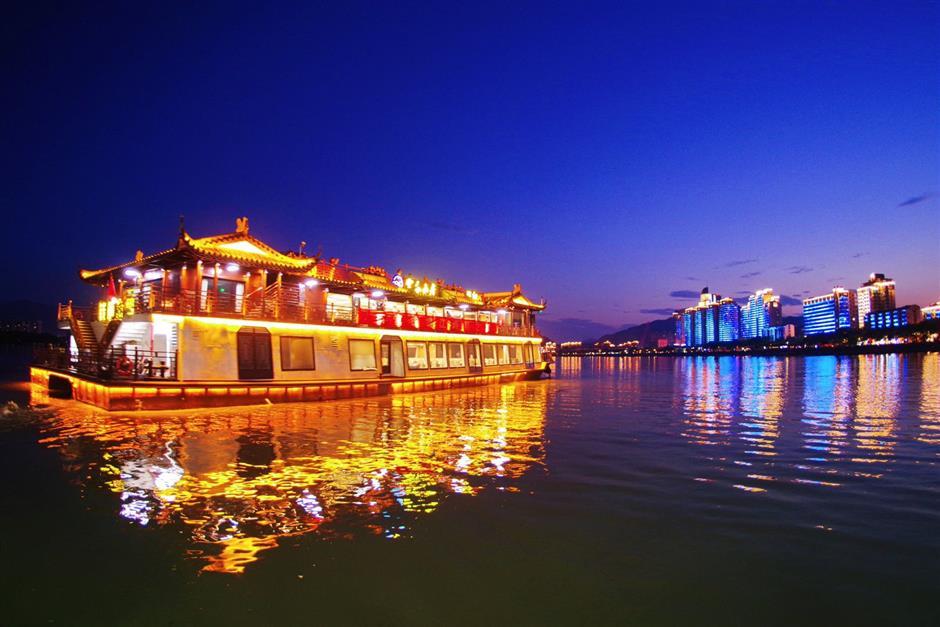 Authorities test waters with Fuchun River night cruise