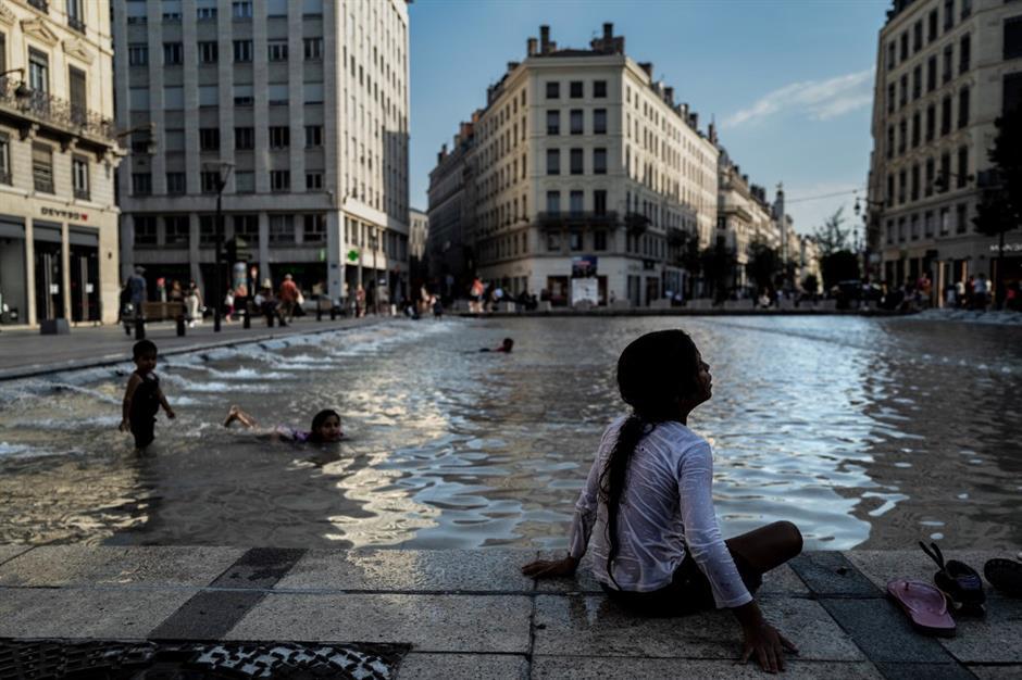 France swelters under heatwave, putting firefighters on alert