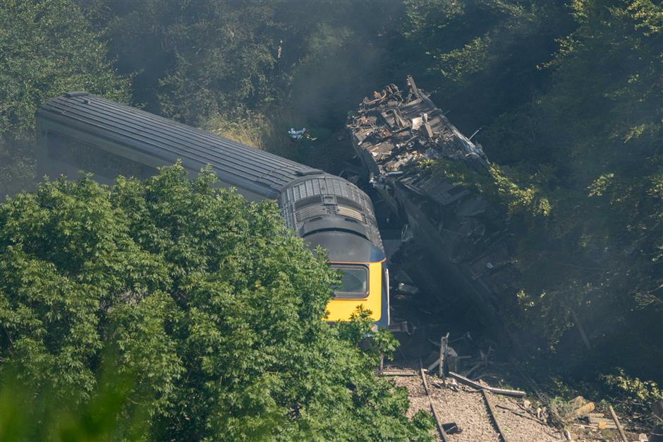3 dead after passenger train derails in Scotland