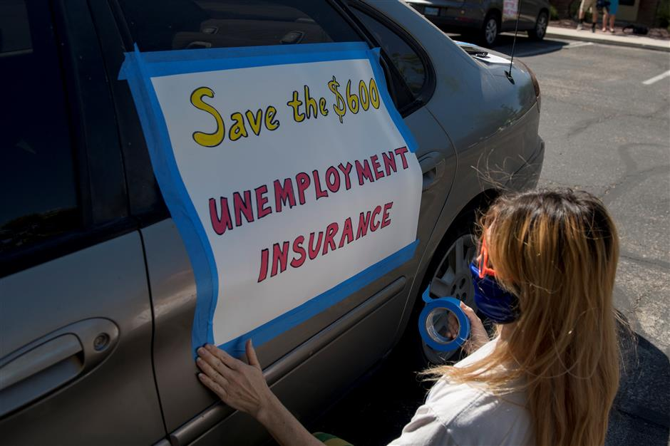American unemployment claims fall below 1m