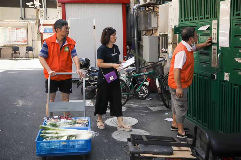 Shanghais food banks have twin benefits