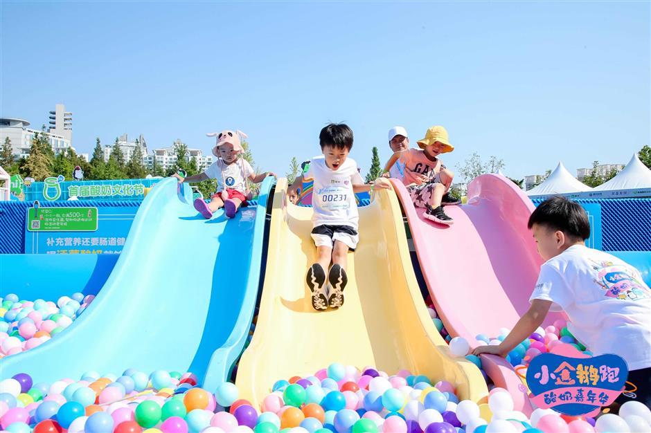 Families enjoy Penguin Run Carnival in Pudong