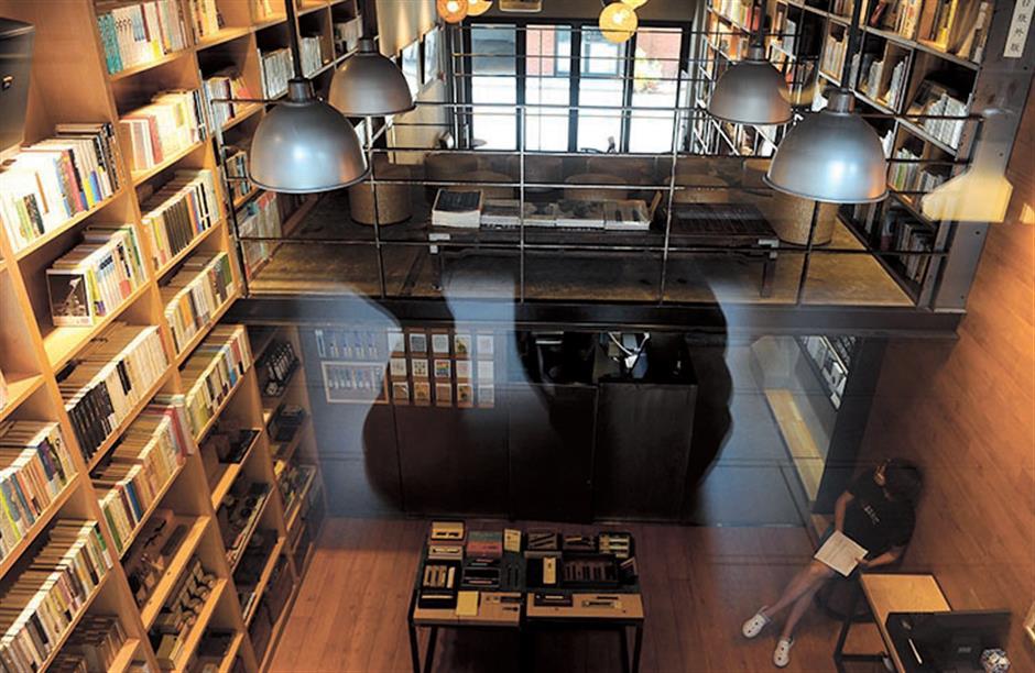 Bookstores remodel to meet online challenge