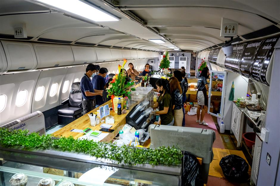 Stranded Thai passengers take to skies in plane cafes