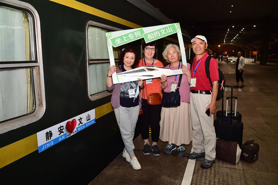 Shanghai travelers head to poverty-stricken area