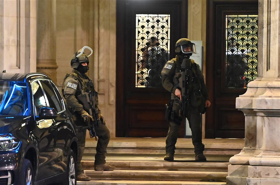 Gunman on the run after Vienna terror attack leaves 2 dead