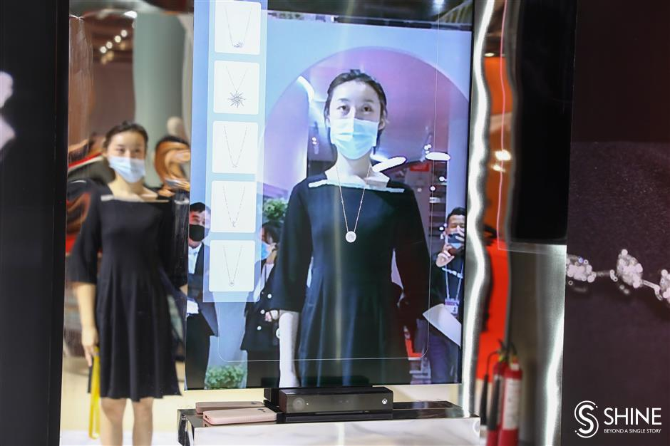 Holographic installation puts jewelry in the picture