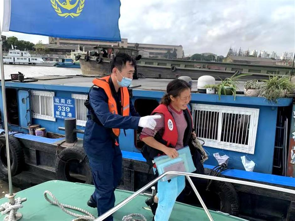 Crew rescued as cargo ship sinks on Huangpu
