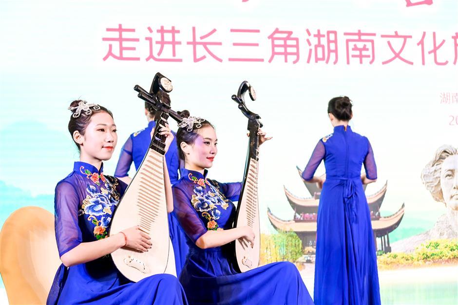Hunan, Xinjiang drum up winter tourism in Shanghai