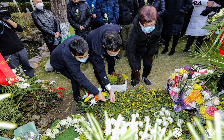 Residents pay their respects to ancestors