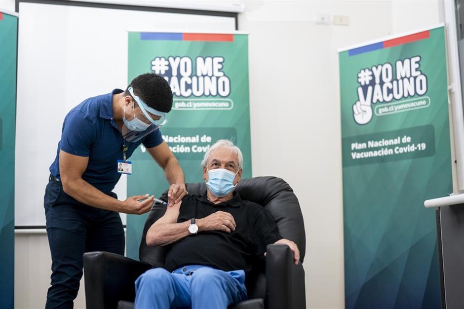 El presidente Chilis recibe la primera dosis de la vacuna china, entregando un mensaje de esperanza