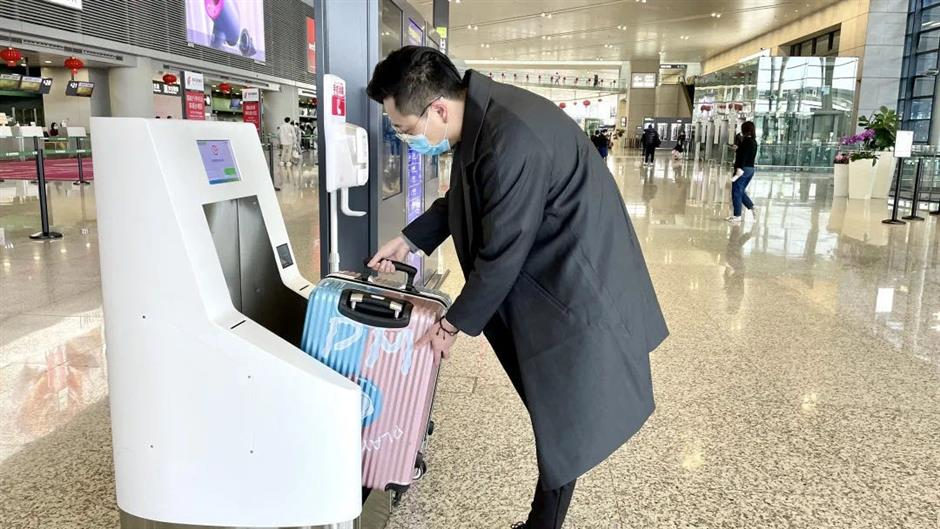Self-service machine checks carry-on luggage