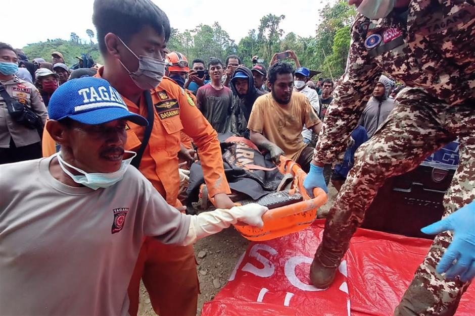 Indonesian illegal mine collapse kills 6