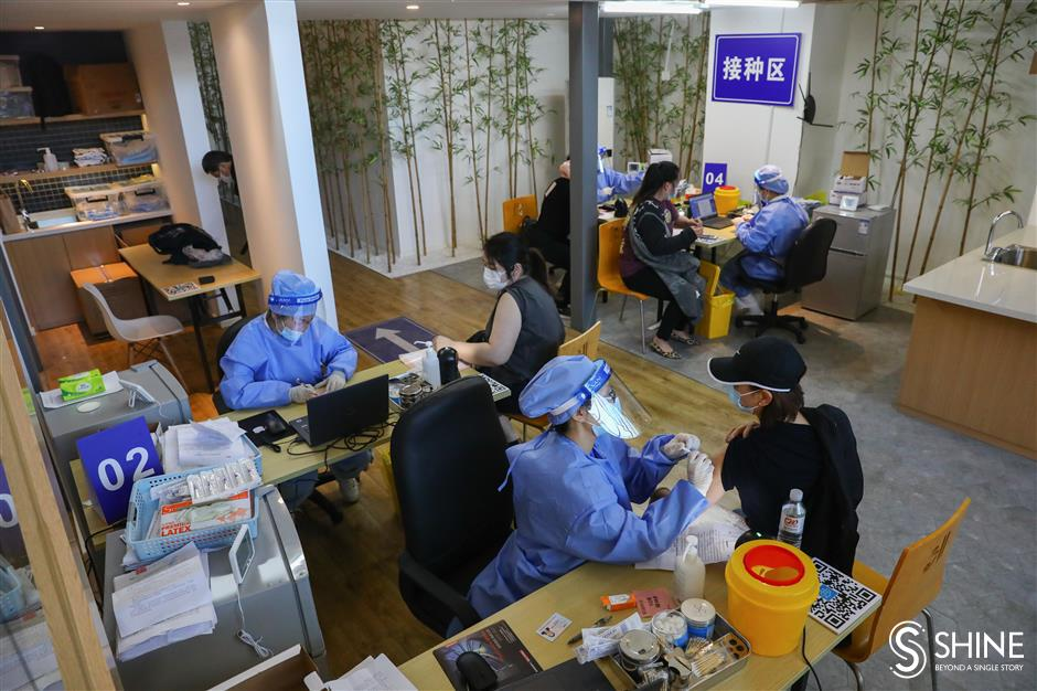 Citys first makeshift vaccination site in shopping complex opens in Putuo