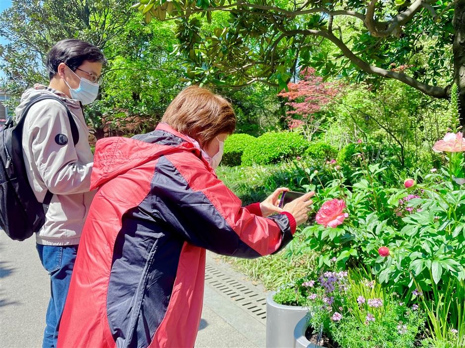 Sun shines on Shanghais holiday visitors