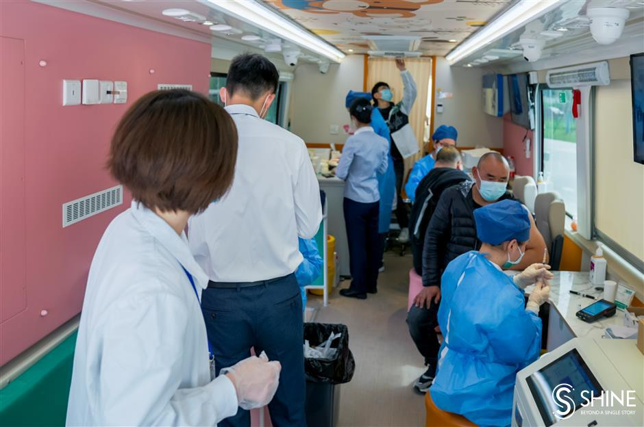 Vaccinations on a bus for office workers
