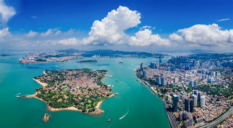 Xiamen beckons city residents to explore its tourist attractions