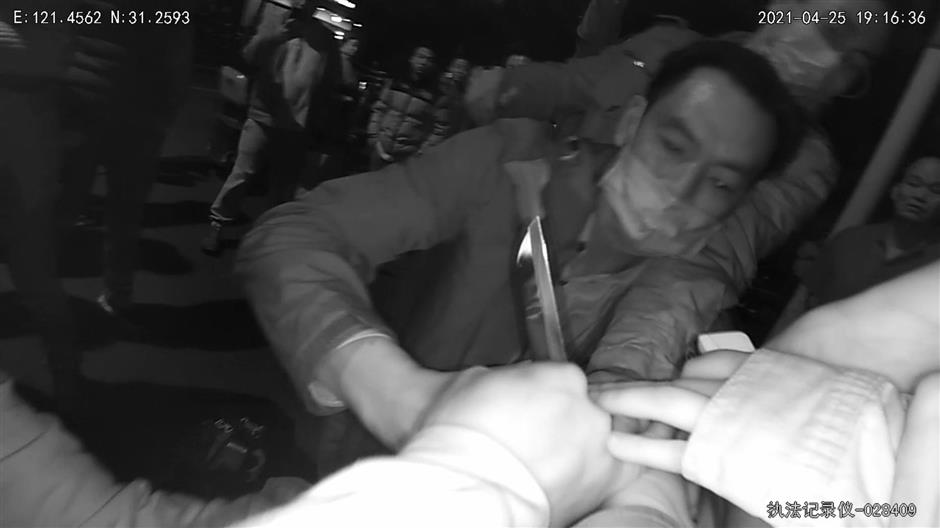 Passers-by help police disarm woman with knife