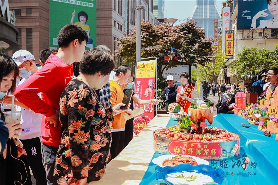 Jiangsu county reeling in Shanghai locals with crayfish