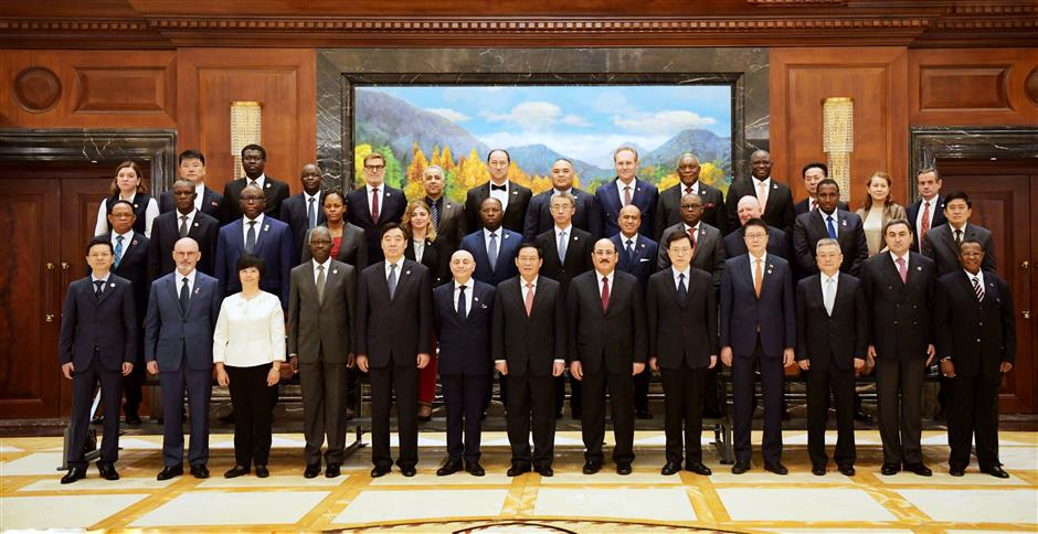 Party Secretary Li meets envoys of 31 countries
