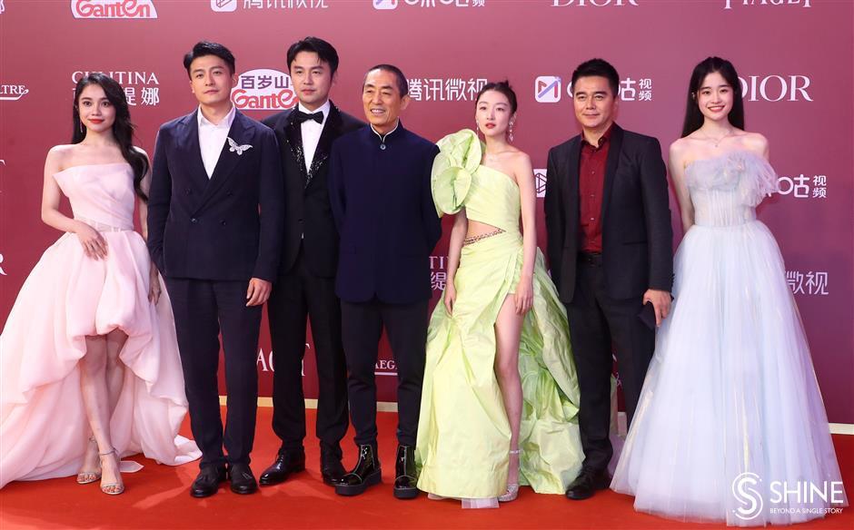 Las estrellas asisten a la inauguración del festival de cine.