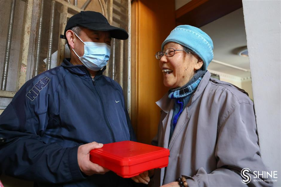 Delivering hot meals to seniors with love