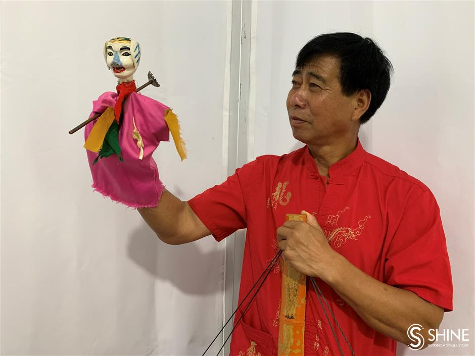 From a shoulder pole, a mesmerizing puppet show unfolds on stage