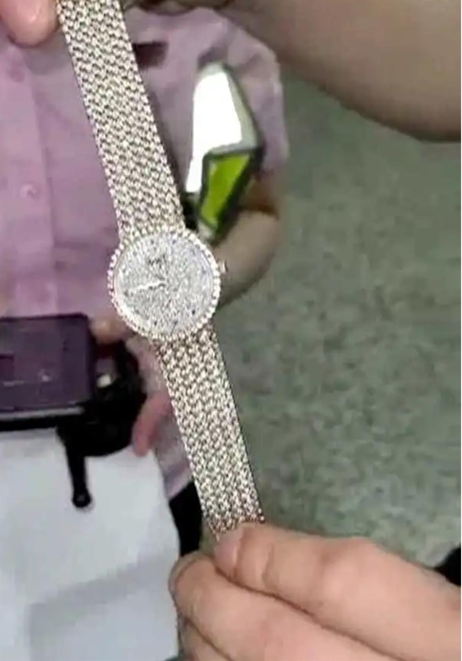 Metro passenger's 700,000-yuan luxurious watch recovered